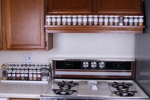 أفكار لترتيب المطبخ-برطمانات التوابل