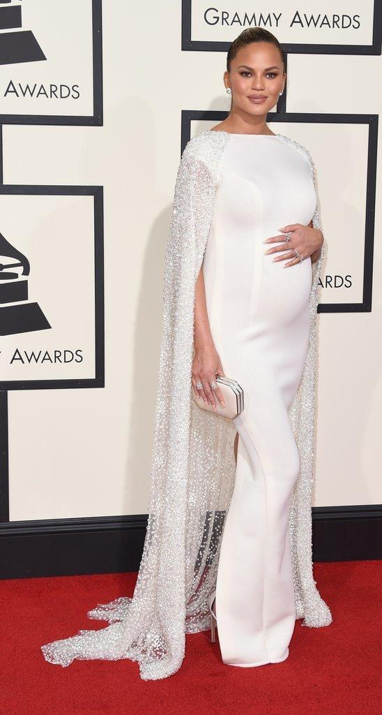 fdebd210e 1- ارتدت كريسي تيجين فستان طويل واسع يصلح للحوامل. يمكنك بالطبع جعله  مناسبًا للمحجبات بكم.
