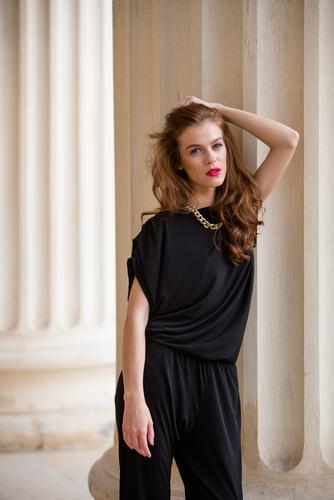 c774e8e55b8d6 ... أو فستان بسيط جداً مع إكسسوارات مناسبة، أما إذا كنتِ تفضلين ارتداء  البنطلون فيمكنك اختيار بنطلون كلاسيكي بلون مميز مع بلوزة من الشيفون ولك  حرية الاختيار ...