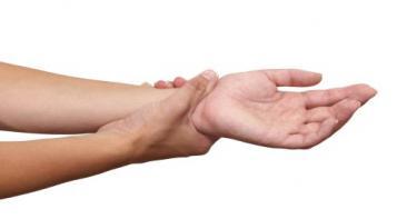 آلام اليدين وتدابيرها العلاجية