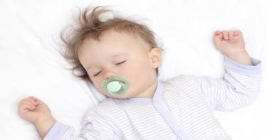 بالجدول: عدد ساعات النوم الكافية وعلامات قلة النوم عند الأطفال