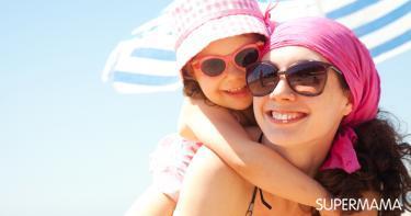 حقيبة مستلزمات الطفل على الشاطئ