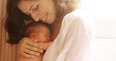 متى يتعرف المولود على أمه؟