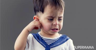كيف أتصرف إذا علقت قطعة مناديل أو قطن في أذن طفلي؟