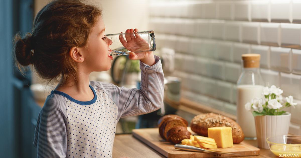 طفل يشرب ماء كرتوني