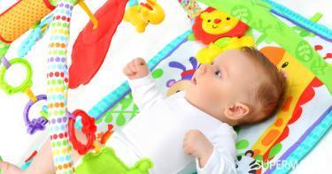 متى يبدأ الرضيع باللعب