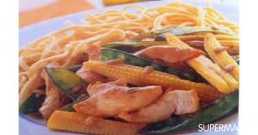 الطبق الثامن: الدجاج الأسيوي مع النودلز و الذرة