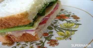 ساندوتش الديك المدخن مع البارميزان والجرجير