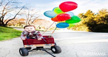 الفتى الصغير مع البالونات الملونة