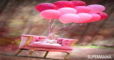 الصبية الصغيرة مع البالونات الروز